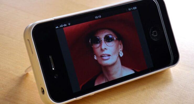 Das Cover von Callstel für iPhone 4 /4S verdoppelt dank Reserveakku mit einer Kapazität von 1400 mAh die Laufzeit des Handys