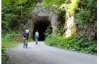 Der Reichraminger Hintergebirgsradweg passiert einige spärlich beleuchtete Tunnels.
