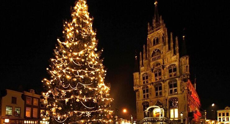 fuer vorweihnachtliche stimmung sorgt der besuch in der s dhollaendischen stadt gouda bei kerzenschein die geb ude rund um den markt erstrahlen am 12