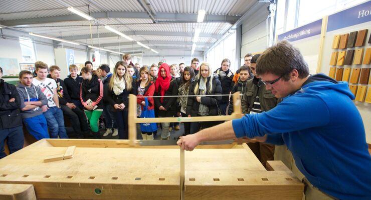 Großes Interesse rief der Hobby-Ausbildungs-Schnuppertag in der Lehrwerkstatt für Holzmechaniker hervor.