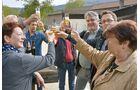In geselliger Runde werden die Aromen der Biere diskutiert.