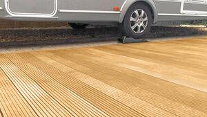 Mit dem neuen Vorzelt Teppich von Di'ke kommt das Terrassenfeeling auf jede Reise mit. Die Plastikplane mit Holzbalken Aufdruck gibt es in drei Varianten und vielen verschiedenen Größen.