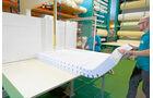 Mit der Saege wird die Matratze auf die passende Form gebracht.