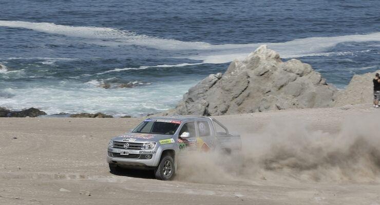 """Zum dritten Mal ist Volkswagen Nutzfahrzeuge """"Official Supplier"""" bei der Rallye Dakar 2012. Prominente testen den Amarok"""