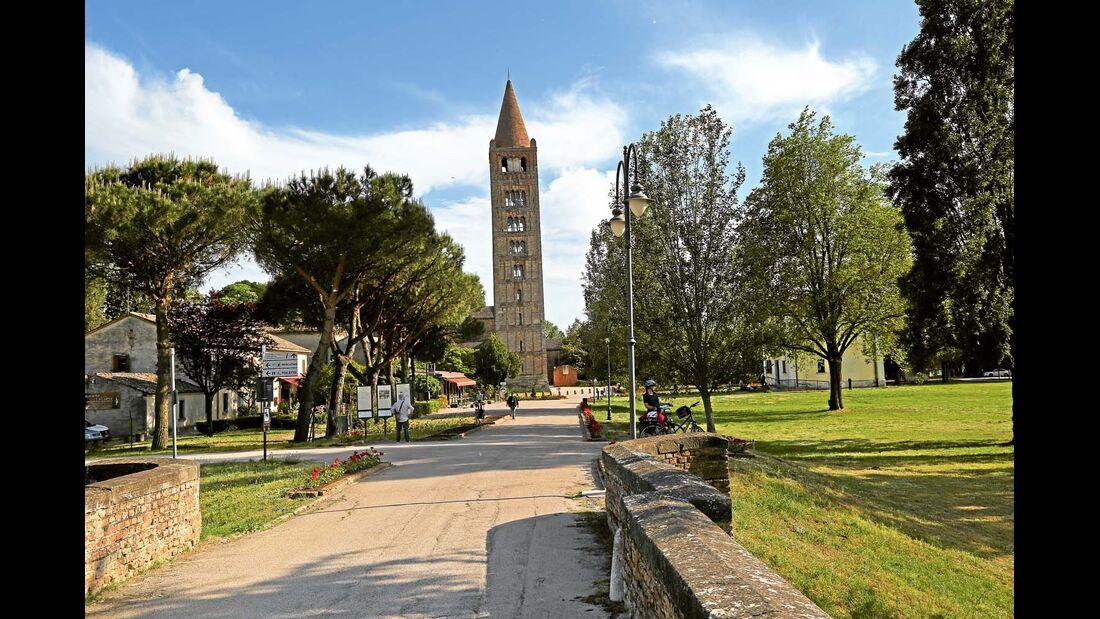 48 Meter hoher Glockenturm der ehemaligen Benediktiner-Abtei von Pomposa im Po-Delta