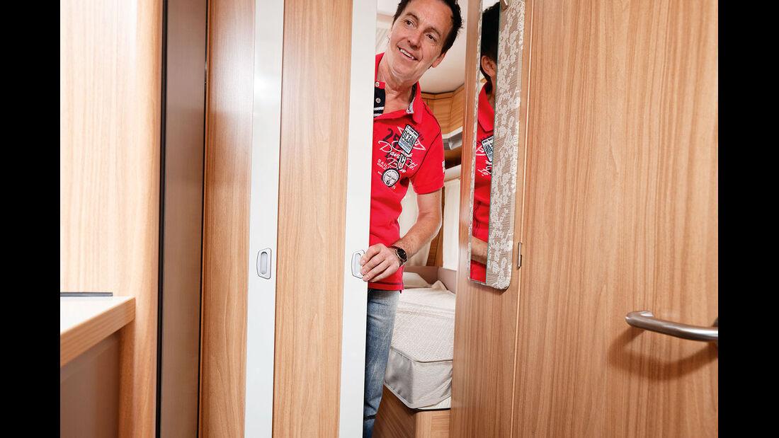 Abtrennung zwischen Schlafzimmer und dem Rest durch Schiebetür aus Holz.