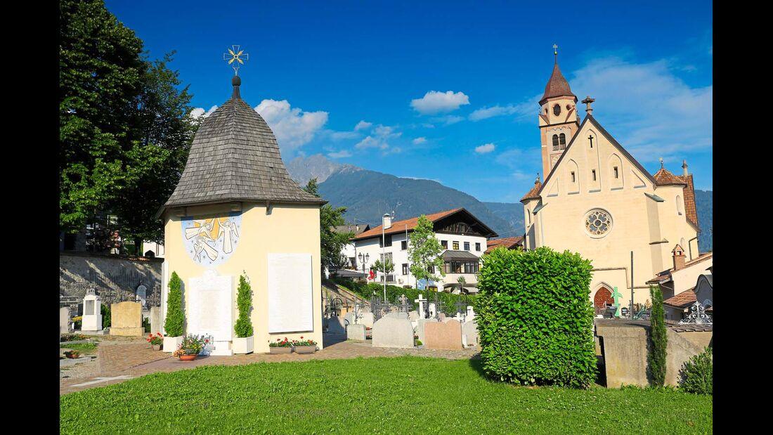 Am Fuß der Texelgruppe breitet sich das liebenswerte Dorf Tirol aus.