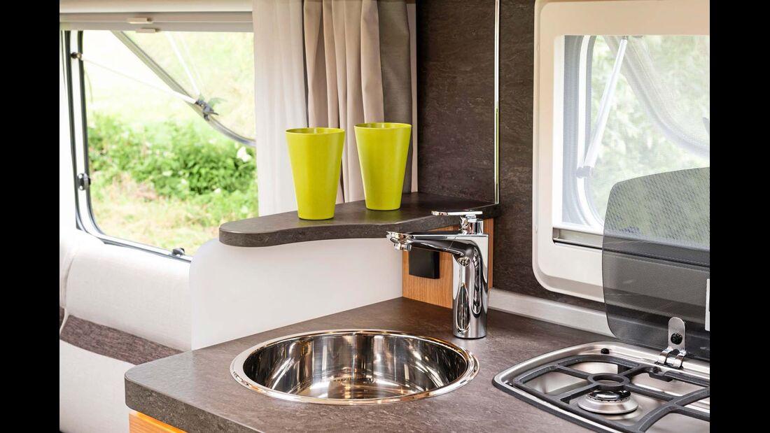 Am Rand der Küchenarbeitsfläche verhindert die Ablage, dass Flüssiges auf die Polster tröpfelt.
