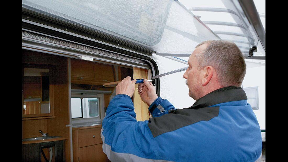 Aufsteller wieder am Innenrahmen festschrauben beim Einsetzen des neuen Fensters