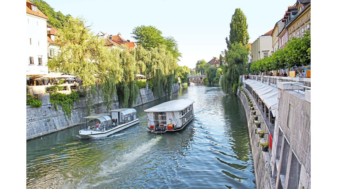 Ausflugsboote auf dem Fluss Ljubljanica