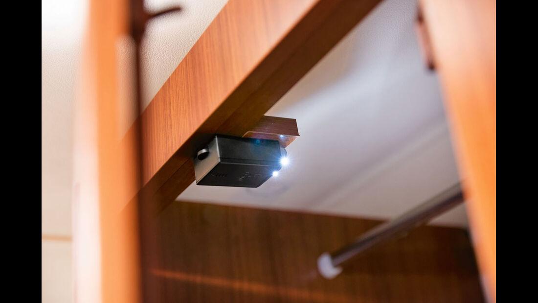 Batteriebetriebenes Laempchen leuchtet beim Oeffnen des Kleiderschranks automatisch auf