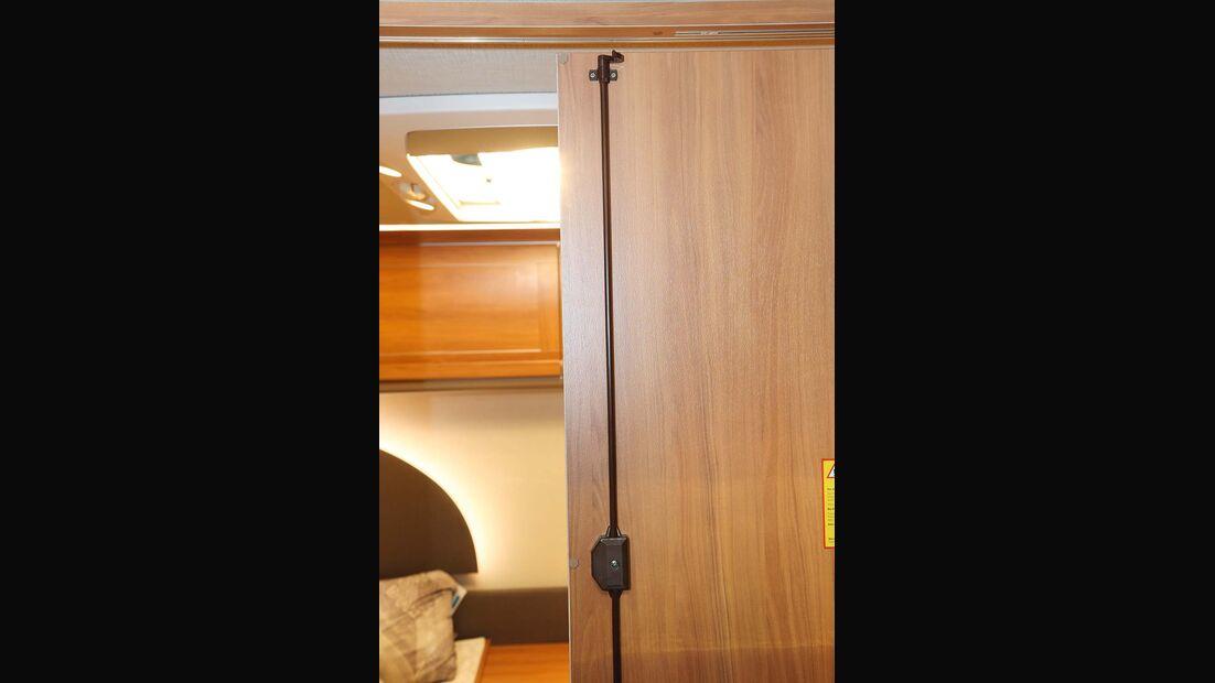 Bei Schrank und Badtüren werden bisweilen Dreipunktverriegelungen mit zusätzlichen Schließhaken verwendet.
