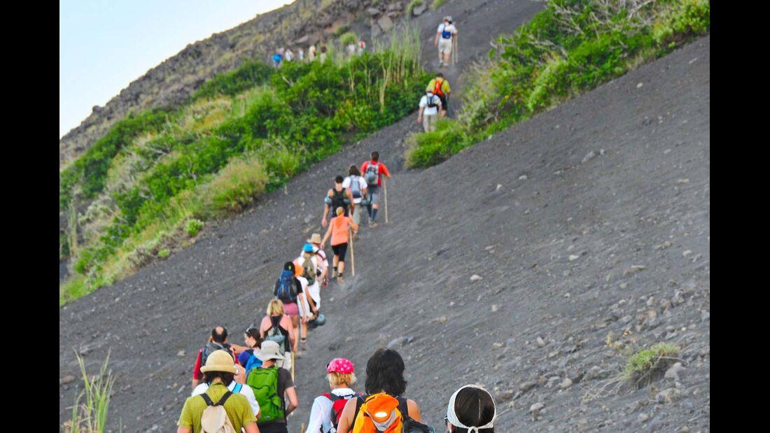 Bei geführten Touren kommt man dem Vulkankrater des Stromboli sehr nahe.