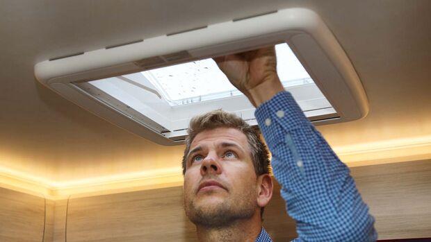 Bei mäßigem Wind verbessert die einen Spalt geöffnete Luke die Frischuftzufuhr