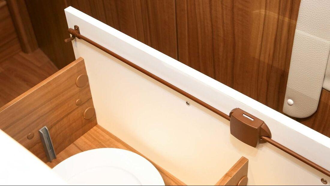 Besonders breite und belastete Küchenschubladen sollten über ein Pushlock-Drehstangenschloss verfügen.