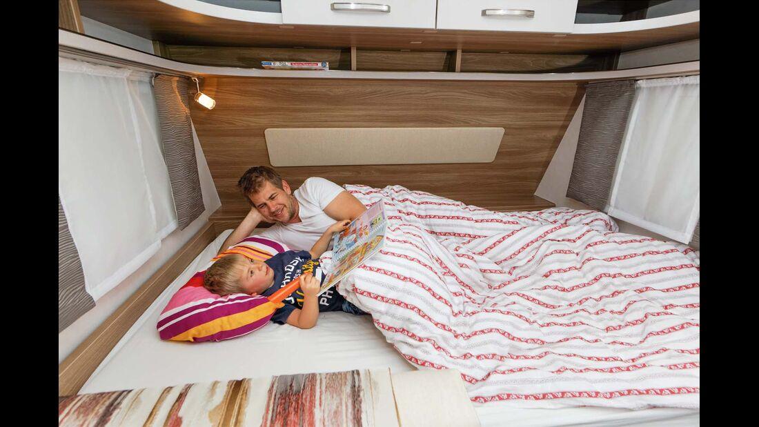 Bett 1,35 Meter breit und von Holz umsäumt