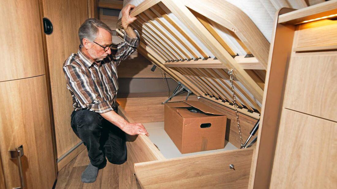 Bett- und Sitztruhen können am Stück hochgeklappt werden im Kabe Briljant