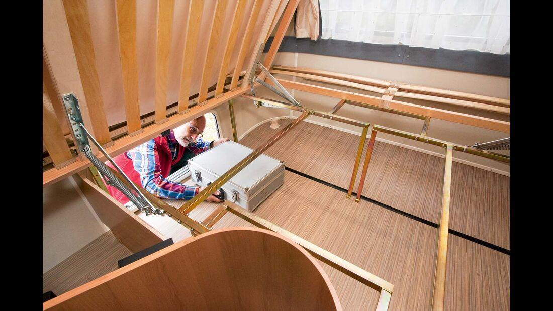 Bettstaukasten ist mit zwei Schottbrettern unterteilt im Eriba Touring Troll 542