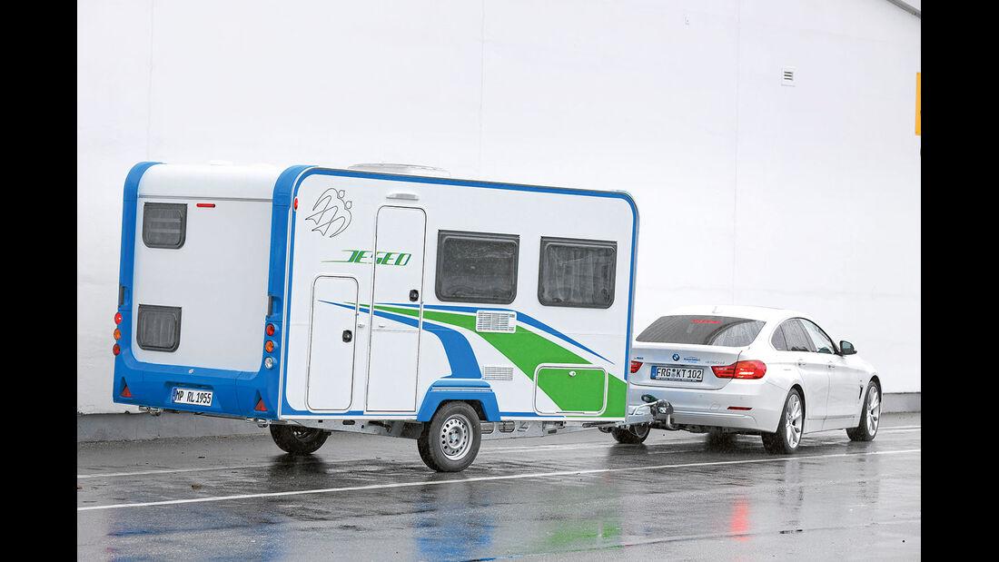 Blau und gruen kennzeichnen die Multifunktions-Caravans von Knaus.