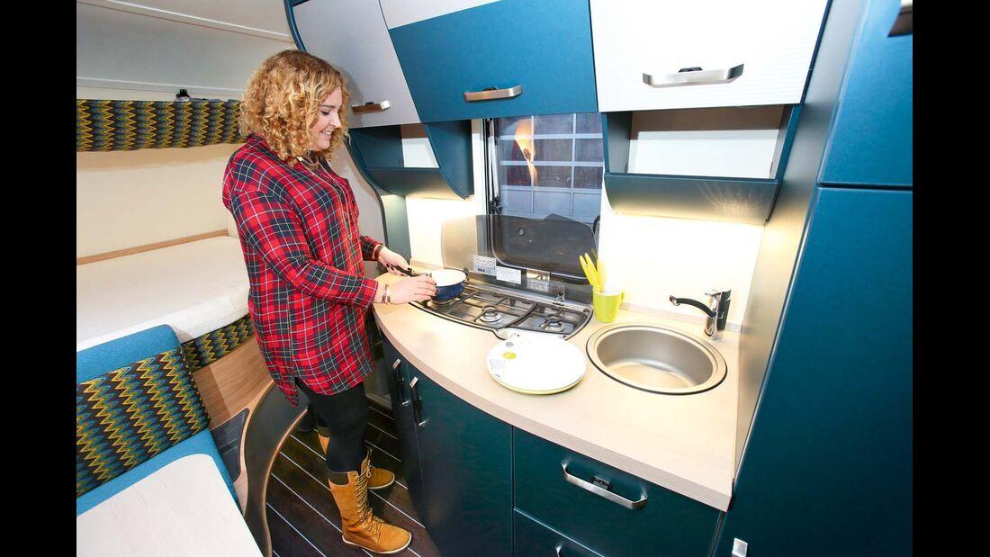 Bordküche mit reichlich Abstell- und Arbeitsfläche und Stauraum beim Knaus Sport & Fun