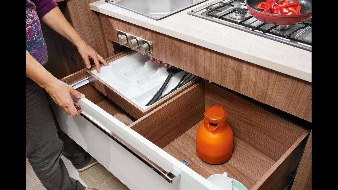 Breite Auszuege mit integrierter, separater Besteckschublade.