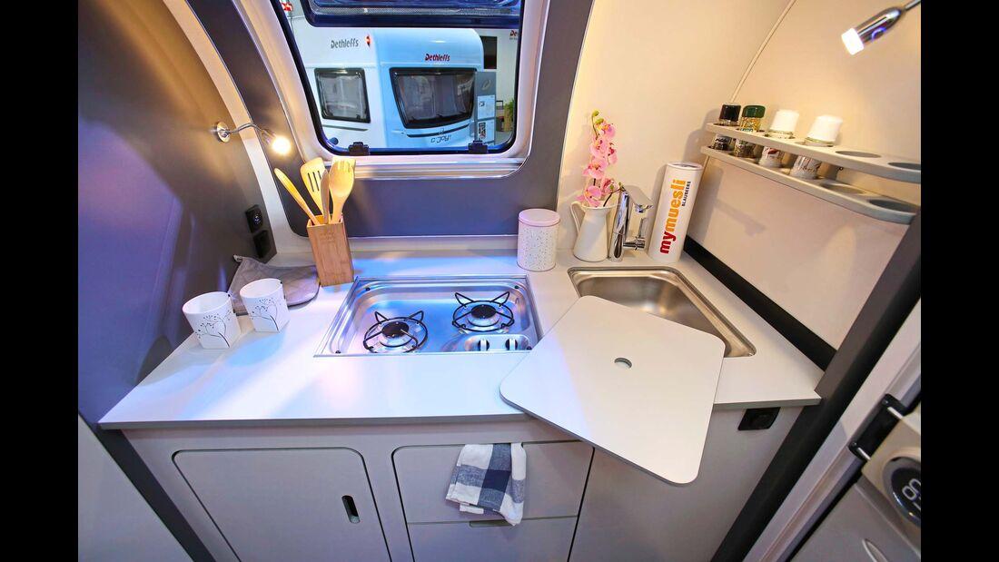 Bugküche mit integriertem Frischwassertank und Gaskasten.
