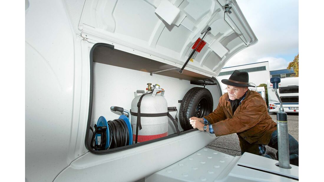 Caravan von außen und innen inspizieren bei Undichtigkeiten im Bereich des Deichselkastens