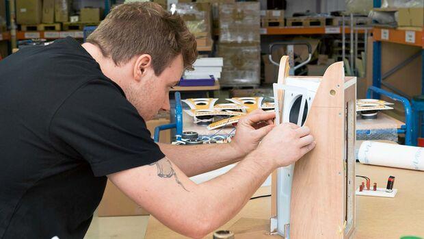 Caravanhersteller, für die Jehnert ab Werk Soundpakete einbaut, bekommen spezielle Boxen, die in die Eckteile der Hängeschränke passen.