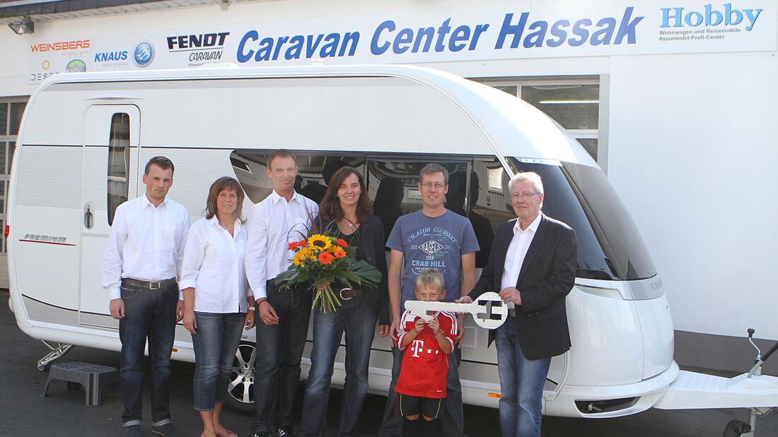 Daniela, Timo und Sohn Levin Weber dürfen sich über einen nagelneuen Hobby Premium 440 SFr freuen.