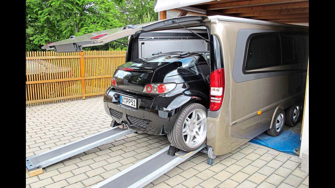 Dank Abwassertank, Solarzelle und Bordakku ist der pfeilsche Caravan autark.
