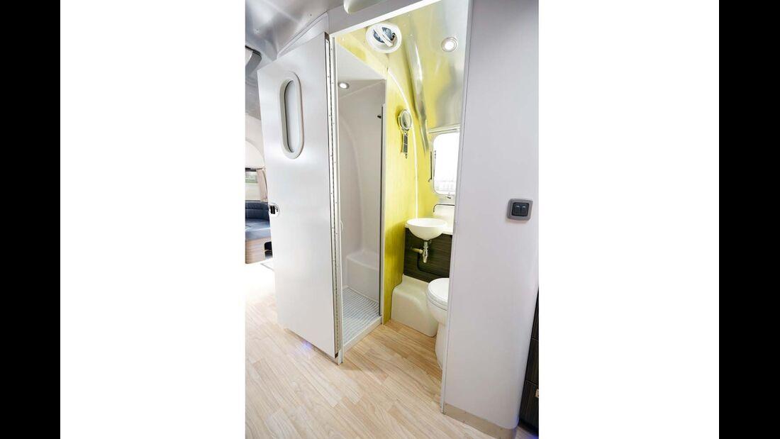 Das Bad ist wie alle anderen Funktionsbereiche auch mit europäischen Einbauteilen bestückt beim Airstream 684