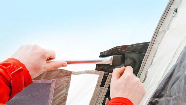 Das Einhängen der Querstreben geht mit den Stahlstangen nicht so leicht von der Hand wie bei den aufblasbaren Streben.