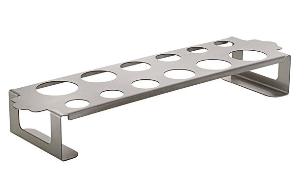 Das Gitter hat zwölf unterschiedlich große Löcher, somit können auch Jalapenos oder Chilischoten eingehängt werden. Zum Servieren lässt sich das ganze Gestell auf dem Tisch platzieren. Info: napoleongrills.de