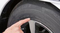 Das Reifenalter laesst sich anhand der DOT-Angabe bestimmen.