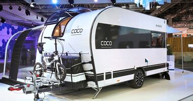 Das Sonnensegel samt Campingmöbeln findet in der Gepäcktasche am Bug Platz.