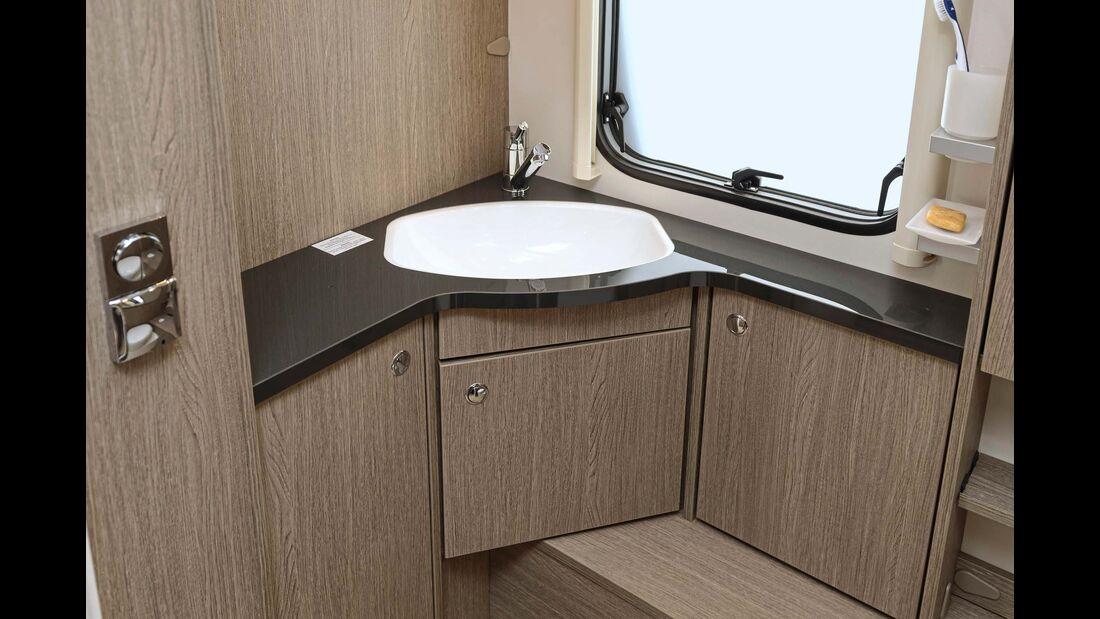 Das Waschbecken ist klein – und überbaut.
