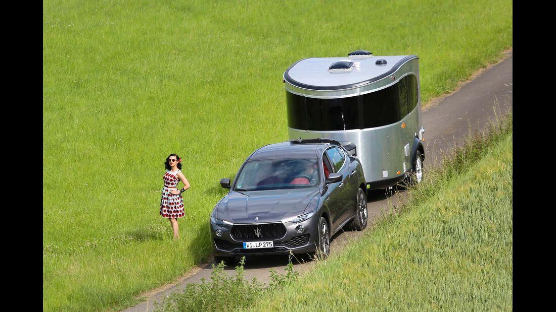 Der Allrad-Maserati und der robuste, voll autarke Basecamp fühlen sich auch im Abseits wohl