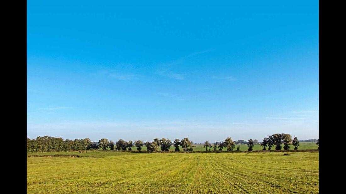 Der Blick geht weit über die Felder, hier nahe bei der Gemeinde Wingst.