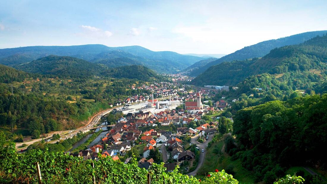 Der Blick von Schloss Eberstein bei Gernsbach auf dicht bewaldete Schwarzwaldhöhen reicht weit ins romantische Murgtal hinein.
