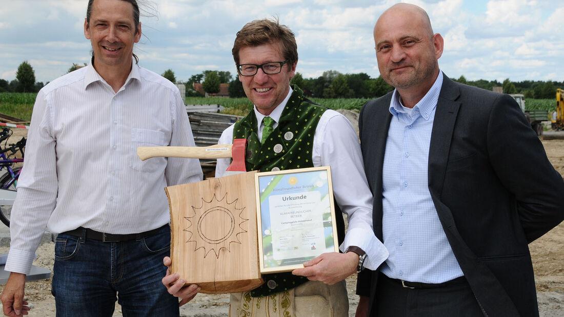 """Der Campingplatz Holmernhof in Bad Füssing Oberbayern hat eine Auszeichnung für besonders engagierte Unternehmern erhalten und darf sich offiziell """"Klimafreundlicher Betrieb"""" nennen."""
