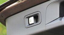 Der Elektro-Schwenkhaken kann am Kofferraum und innen aktiviert werden.
