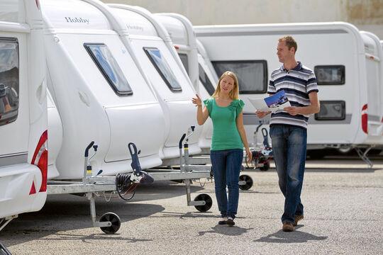 Der Herbst ist ein guter Zeitpunkt, um beim Kauf eines Reisemobils oder Caravans Geld zu sparen: Die Vorjahresmodelle müssen vom Hof.