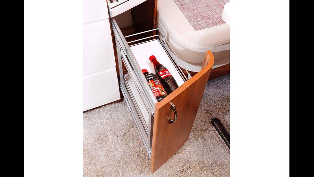 Der Korbauszug im Küchenkorpus ist stabil sowie sicher verriegelt, aber recht flach.
