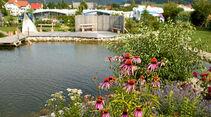 Der Naturschwimmteich auf dem 50-Plus-Campingpark-Fisching.