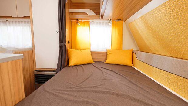Der Schlafbereich verfügt über eine zweigeteilte Matratze und lässt sich mittels Vorhang separieren
