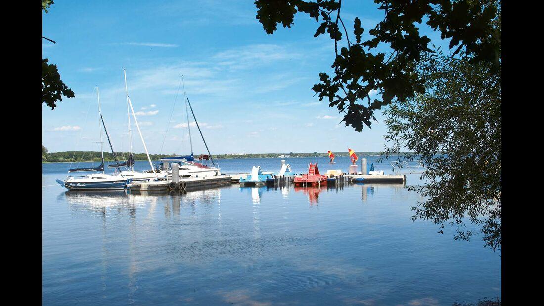 Der See ist gut für Wassersportarten.