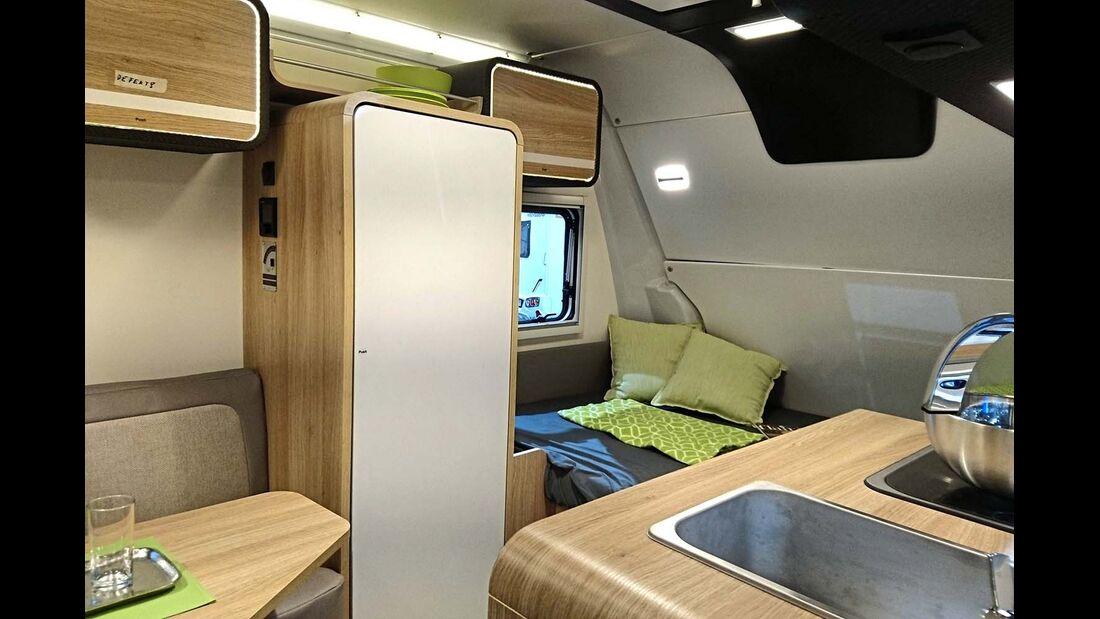 Der Travelino mit Festbett statt Sitzgruppe im Bug.