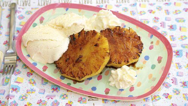 Dessert-Klassiker gegrillte Ananas mit Vanilleeis – genauso lecker: Wassermelone oder Pfirsich.