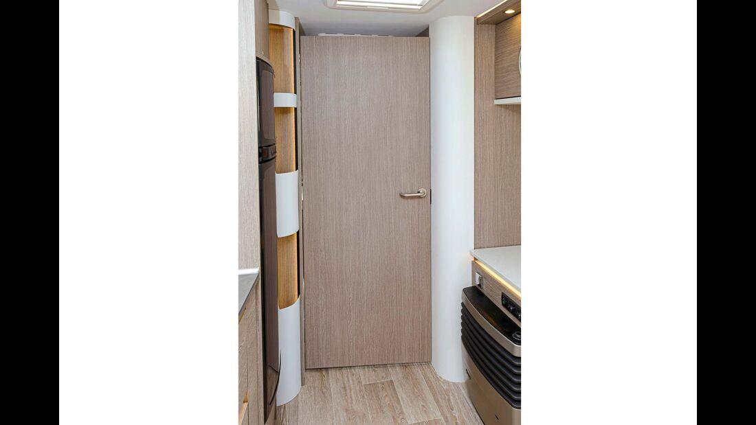 Die Badtür trennt auch den Schlafbereich vom Wohnraum ab.