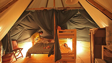 Die Domaine Les Moulins und die Anlage Camping du Midi in der Vendée bieten unter anderem Unterkünften aus Zeltplanen und Holz an